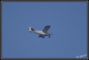 avion dans un ciel bien bleu