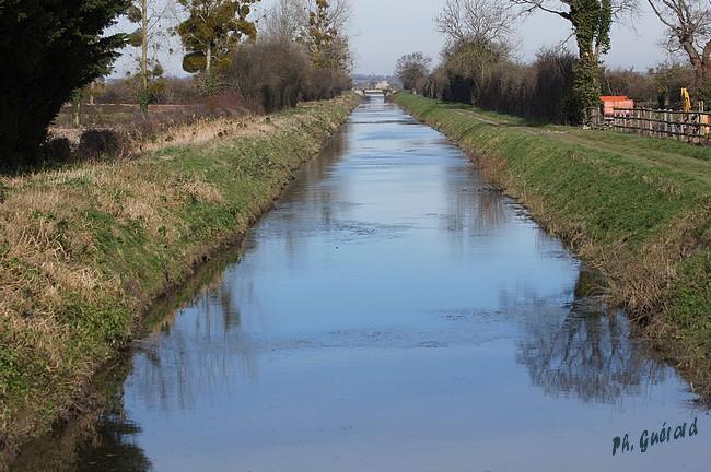 canal + château de la rivière