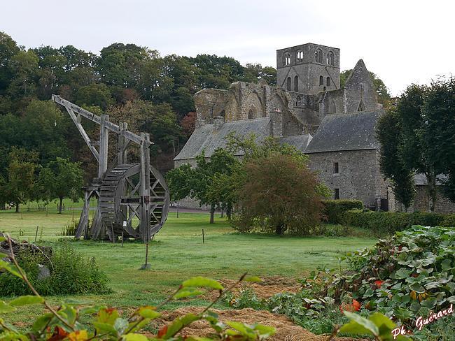 Abbaye d'Hambye, vue de la route