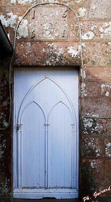 Porte à l'arrière de l'église