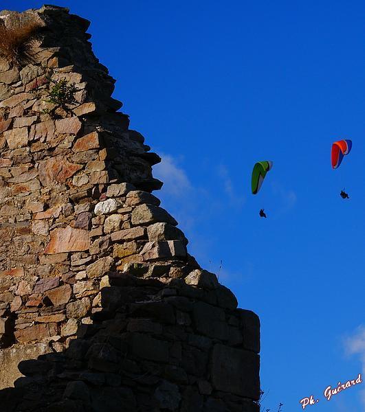 Aile volante au dessus des ruines de la Cotentine
