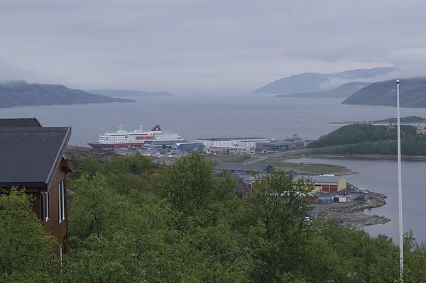 Vue sur le fjord et le bateau